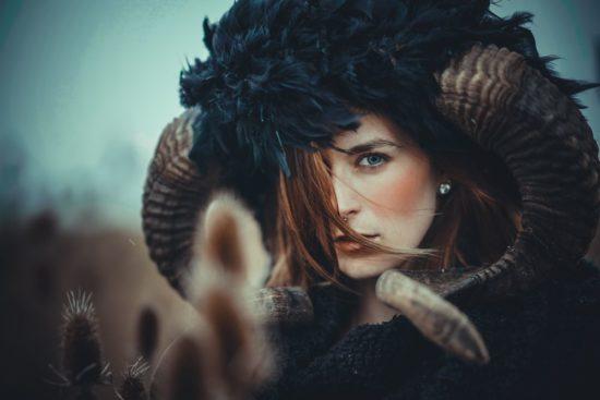 Shooting Frau im Feld als Fabelwesen