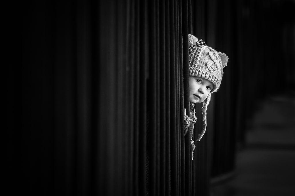 Fotos von pann- - Kind hinter Vorhang
