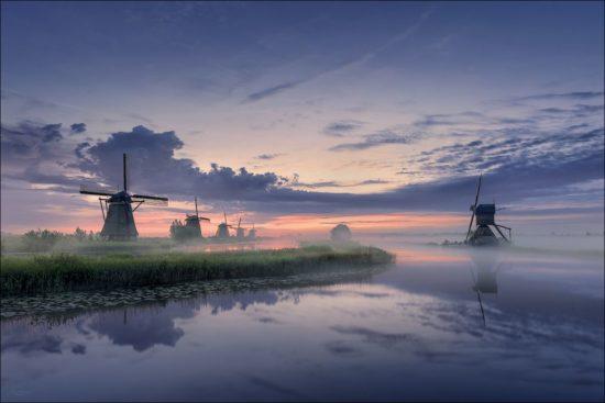 Landschaftsaufnahme mit Windmühlen