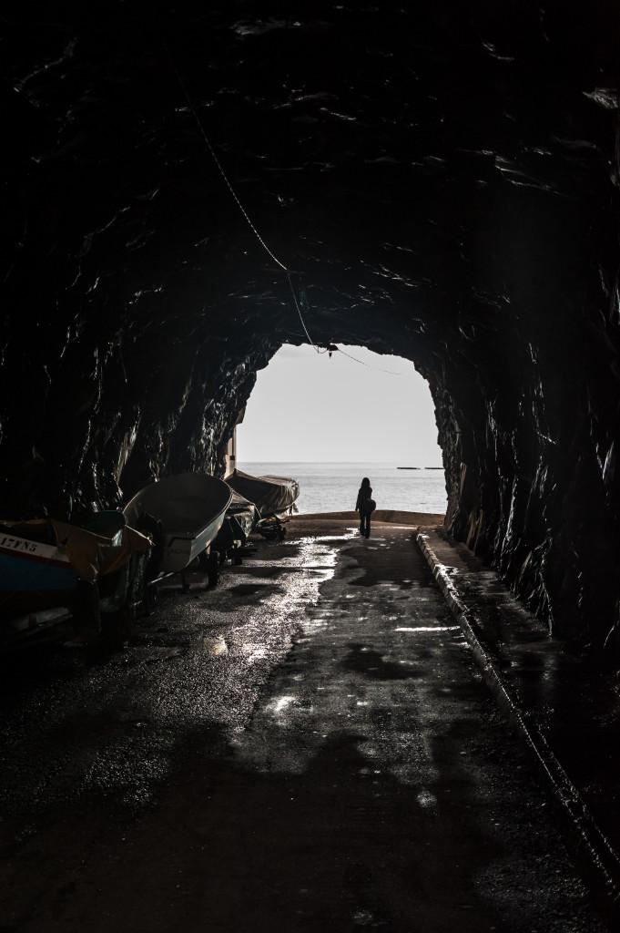 Im umgekehrten Fall führen viele dunkle Anteile im Bild zu einer Überbelichtung. Um die bedrohliche Stimmung in der Höhle aufrecht zu erhalten, ist eine gezielte Unterbelichtung nötig. 35 mm | 1/400 Sek. | ƒ/10 | ISO 1.000 | - 2 EV
