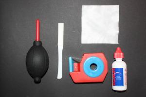 Ein handelsübliches Set für eine Nassreinigung des Sensors bekommen Sie für rund 20 €. Es reicht für 50 bis 100 Reinigungen. Im Bild sehen Sie die Sensor-Pads in den Breiten für Nikon und Canon, Sticks zur Reinigung des Spiegelkastens, die Pads und die Reinigungsflüssigkeit.