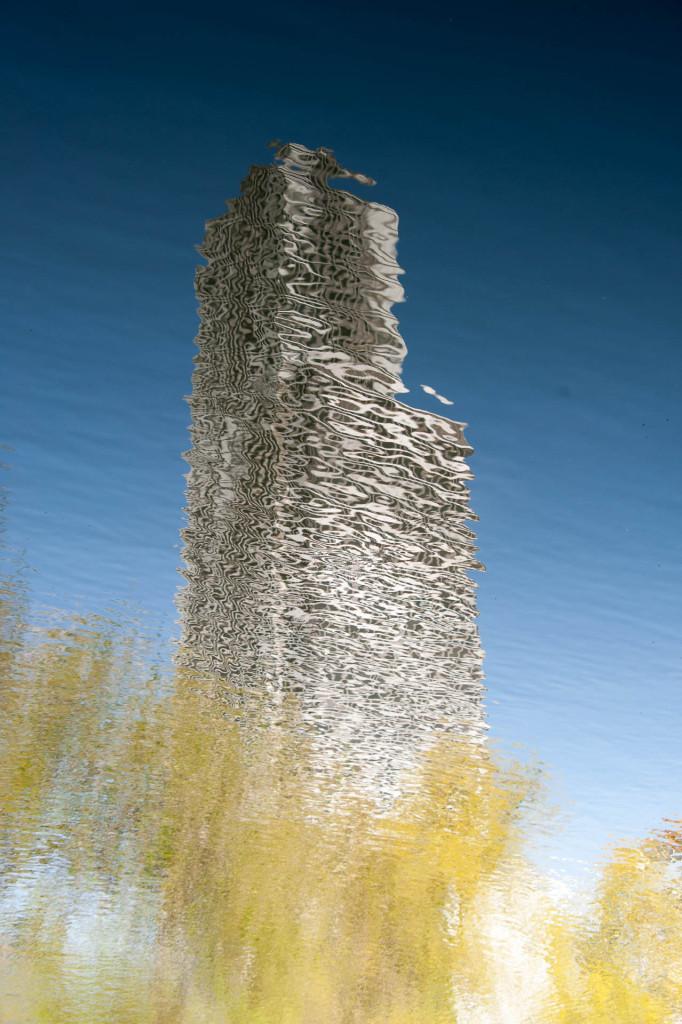 ein sich spiegelnder Turm im Wasser