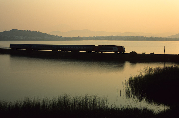 Wahlweise kann sich der Zug aber auch vor hellen Wasserflächen... (Griechenland - Chalkida)