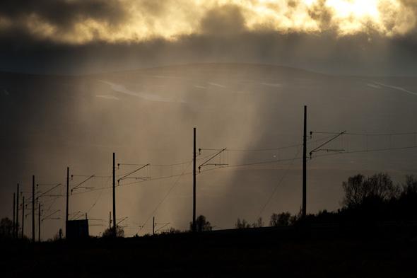 Beeindruckende Stimmung mit von der Sonne angestrahlten Regenschauern im Hintergrund. Bis zum nächsten Zug war das Naturschauspiel aber leider beendet, sonst hätte man eine schöne Silhouettenaufnahme anfertigen können. (Norwegen– Dovrefjell)