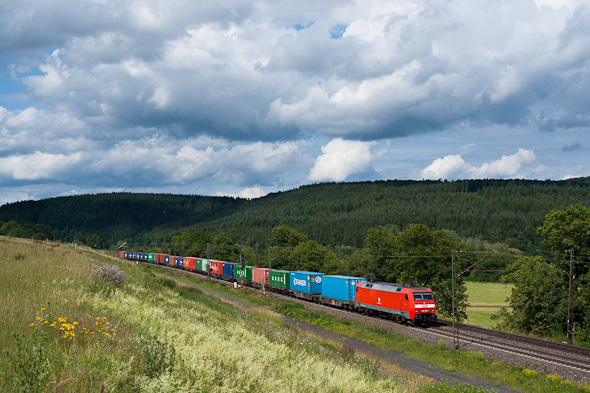 """Eine schön freie Stelle und der Zug gut von der Sonne erfasst: Fertig ist das Motiv. An dieser Stelle würde kein Landschaftsfotograf die Kamera auspacken, aber das leuchtende Band des Zuges verhilft dem Bild zu einem """"gewissen Etwas"""". (Nördlich von Fulda)"""
