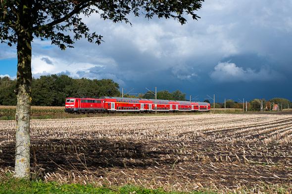 """Auch hier bringt erst der Zug die Farbe, also quasi das """"Leben"""" in das Bild. (Emslandbahn bei Meppen)"""
