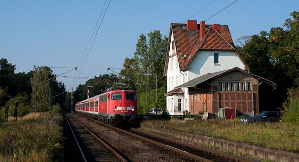 Zug und Motiv - hier das Bahnhofsgebäude - sind gut ausgeleuchtet. In diesem Stil entstehen die meisten Bahnbilder. (Estorf an der Weser)