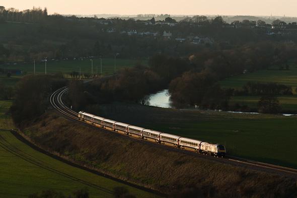 """Hier hebt sich der Zug nicht mehr durch die oben beschriebene """"standardmäßige"""" Beleuchtung ab. Die Lichtstreifung lässt zum Beispiel von der Farbe des Zuges nichts mehr erahnen, den Zug aber phantastisch in der dunkler werdenden Umgebung aufleuchten. (England - bei Bristol)"""