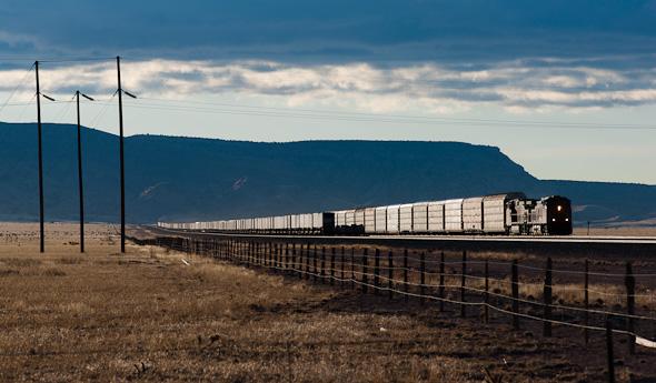 """Zugewucherte Bahndämme, Fahrleitungen und viele Verkehre mit kurzen Triebwagen machen solche Stimmungen in Deutschland rar. Paradiesisch lässt es sich hingegen in den Vereinigten Staaten """"arbeiten"""", wo viel Platz und entsprechend lange Züge vorhanden sind. (bei Belen, New Mexico)"""