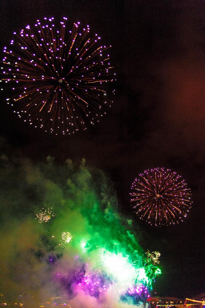 Großfeuerwerk – Rauch ausgeleuchtet 2