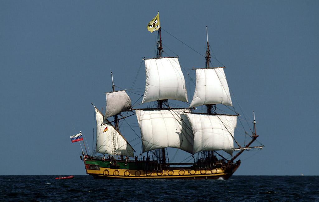 Ein Segelschiff auf dem sich Menschen befinden