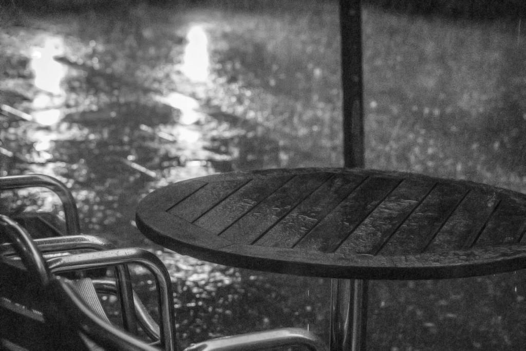 Bild eines leeren Cafés in schwarzweiß