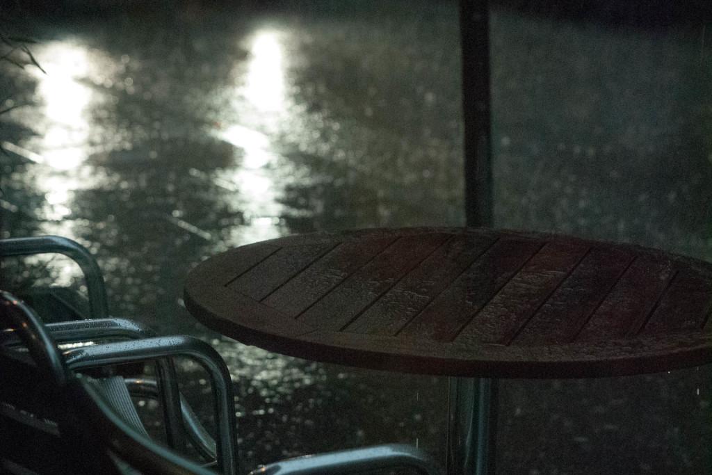 Bild eines leeren Cafés.