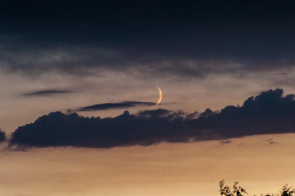 Mond und Wolken im Zusammenspiel