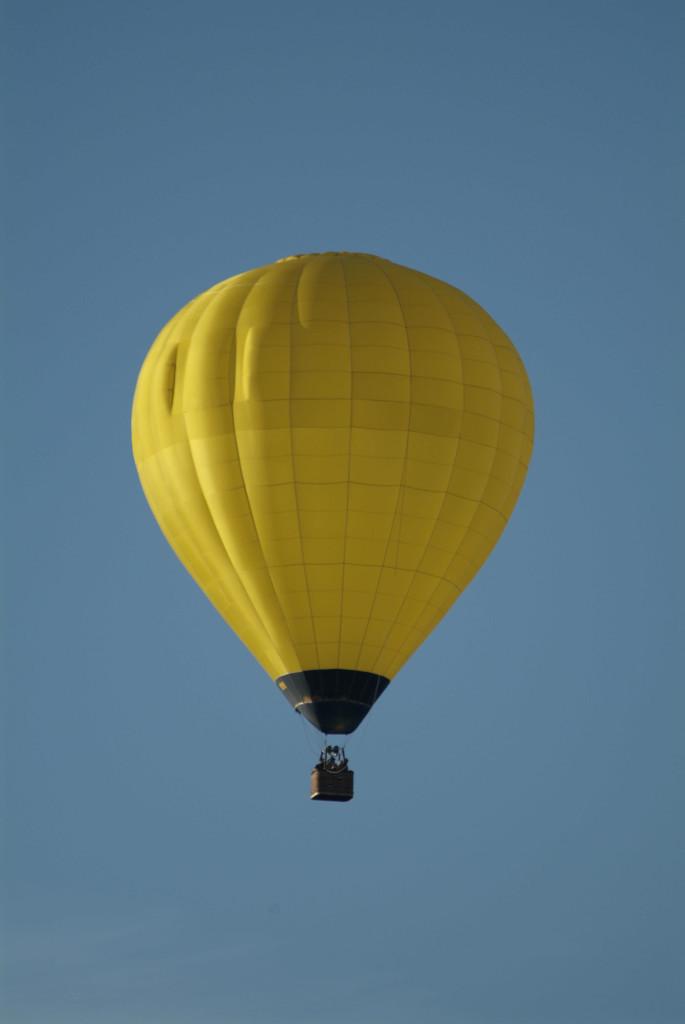 Gelb und blau geben schöne Kontrraste. Aber der Ballon flog sozusagen ungefragt an mir vorbei und es hätte direkt neben mir ein Fotograf stehen können, der genau dasselbe Motiv fotografiert. es handelt sich also ohne Zweifel um ein Lichtbild