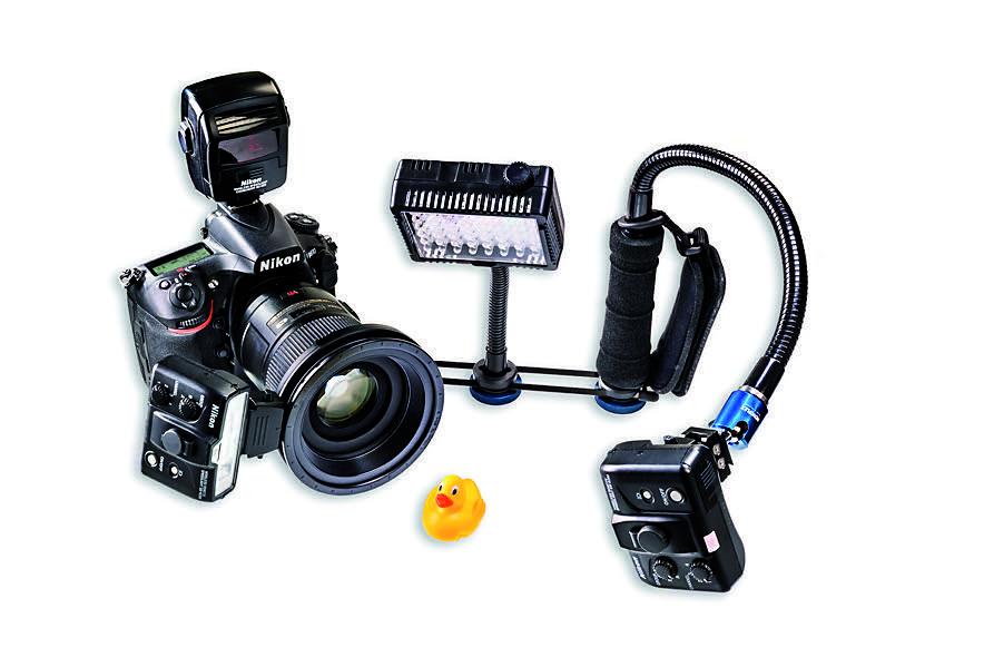 Mein mobiles Makro-Equipment Nach langer praktischer Erfahrung habe ich meinen optimalen Aufbau gefunden: Nikon Makroblitz-Kit R1C1 gesteuert mit dem SU- 800 und LED-Leuchte. Die flexible Halterung ist aus Novoflex-Zubehörteilen zusammengestellt: Schnellkupplung, Haltestange, Schwanenhals, Kugelneiger und ein Haltegriff mit Schlaufe. Die Teile können einzeln bei Novoflex.de erworben werden. Wir zeigen in einem Kurzvideo Zusammenbau und Handling: https://youtu.be/EUayjJlpBKs. Fotograf: Maximilian Weinzierl
