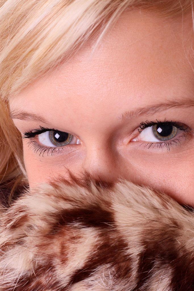Weiches Licht reduziert Hautunebenheiten und Falten. Hier wurde das Weiche Licht durch eine Softbox erzeiugt, wie Du am Augenreflex erkennen kannst