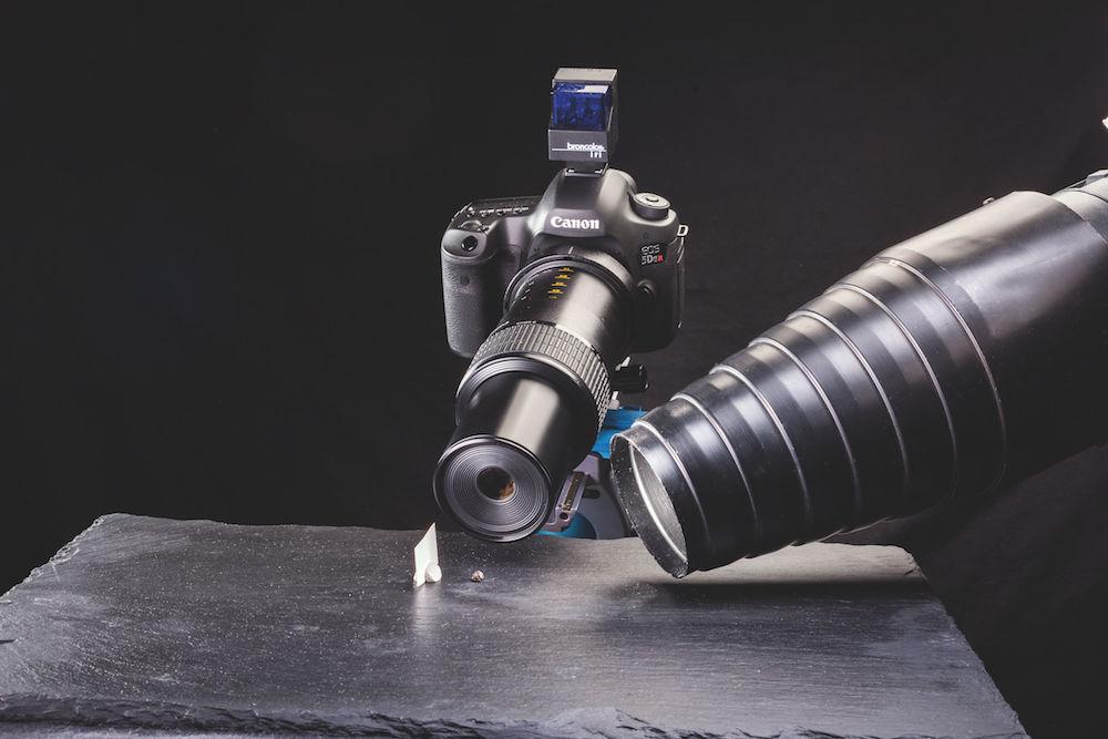 Extremes Makro: Das Pfefferkorn (oben) wurde mit dem größten Auszug im Abbildungsmaßstab 5:1 fotografiert. Hierbei ist viel Licht erforderlich, zur Scharfstellung wie zur Belichtung. Broncolor- Konus-Studioblitz mit Halogen- Einstelllicht. Canon EOS 5 DSR.