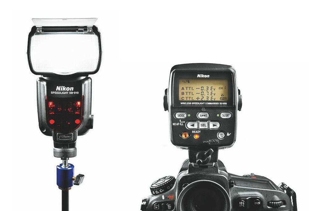 Blitzkommunikation: Nikon SB-910 Blitzgerät kabellos ferngesteuert mittels Nikon SU- 800 Commander; mehrere Blitzgeräte lassen sich damit auf drei Bänke verteilen und asymmetrisch in ihrer Leistungsabgabe i-TTLsteuern.