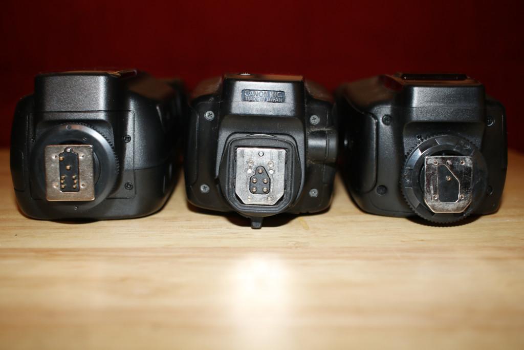 Der Blick auf den Blitzfuss und dessen Kontakte lässt oft Rückschlüsse auf die Fähigkeiten des Blitzes zu. Links Rollei mit Kontakten für Nikon und Canon, Mitte Canon mit Kontakten für Canon, rechts Yongnou nur mit Mittenkontakt
