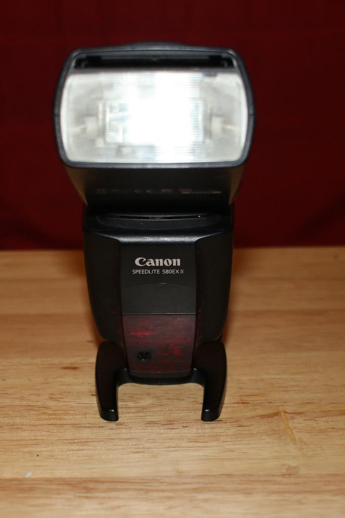 Das Speedlite 580 EX II war lange das Topmpdell von Canon, ist auch das teuerste aller gezeigten Blitze und nur mit Canon kompatibel