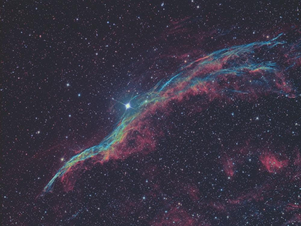 """Objekt: NGC 6960, der Sturmvogel in Bicolor Ha=R, OII=G und B; Belichtung: 6*10 min Ha, 6*10 min OIII, je 3*2 min RGB für die Sternfarben; Optik: 8"""" TS Fotonewton; Kamera: Moravian G2 8300 FW bei -20 °C; Montierung: Losmandy G11 – FS-2; Guiding: Alccd5 auf Williams Megrez 72, PHD; Bildbearbeitung: CCDStack 2, Photoshop CS5. Fotograf: Bernd Weinzierl."""