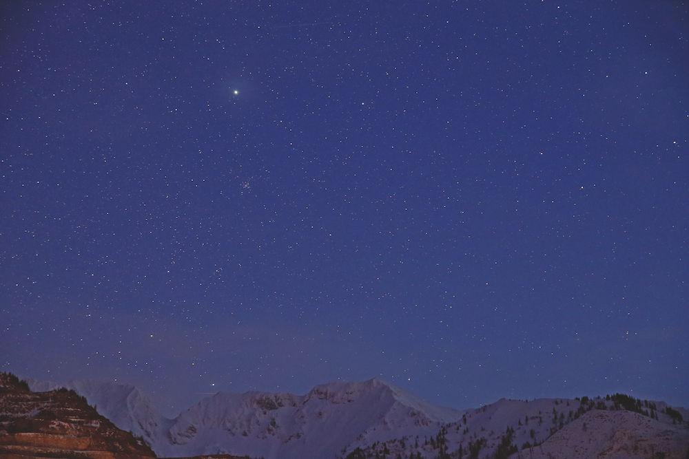 Sirius: über dem steirischen Erzberg. Der helle Stern ist Sirius, darunter ist der offene Sternhaufen Messier 41 zu sehen. Canon 6D mit Tamron 24-70mm f/2.8 LD Aspherical. 70 mm, ISO 6400, Blende 4, 6 s. Fotograf: Bernd Weinzierl
