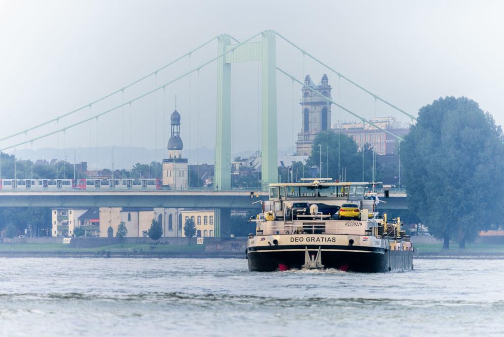 Binnenschiff auf dem Kölner Rhein