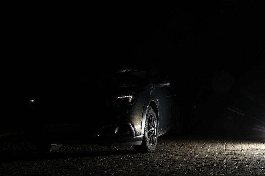 Auto-mit-Blitz-auf-Boden