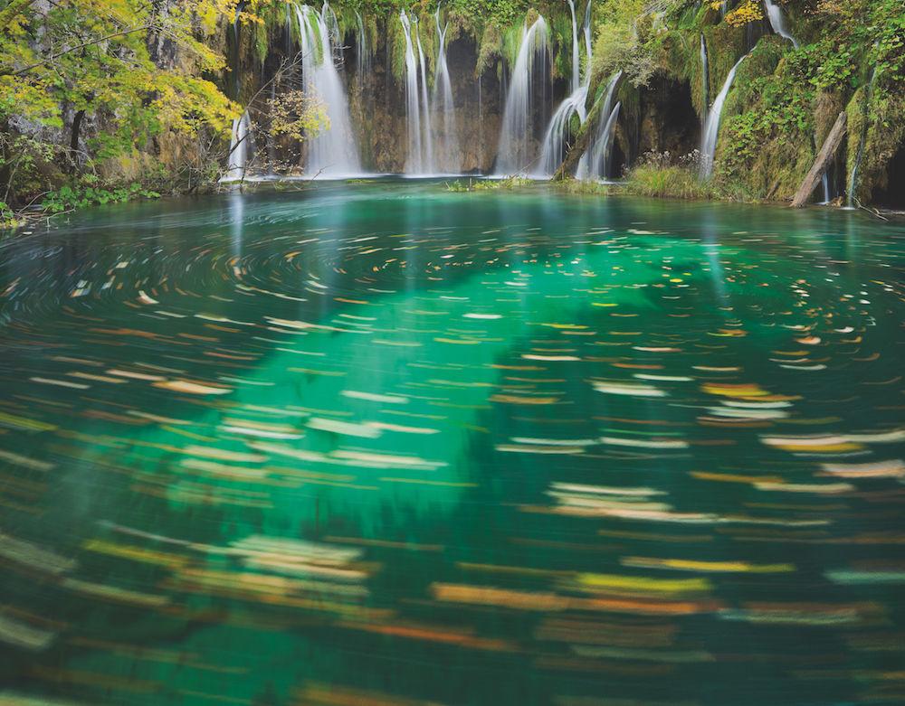 Blätterstrudel durch Langzeitbelichtung: Der Blätterstrudel im Nationalpark Plitvicer Seen (Kroatien) war für das Auge nicht erkennbar. Erst die lange Belichtungszeit brachte ihn zum Vorschein. Foto: Rainer Mirau