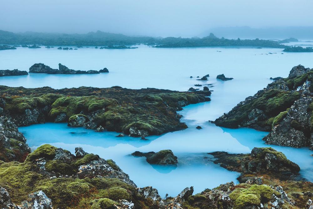 Blaue Lagune in Island: Der Salzwassersee wird mit Wasser aus 2000 m Tiefe gespeist; die intensiv blaue Färbung lässt bedeckten Himmel und Nieselregen vergessen. Foto: Siegfried Layda