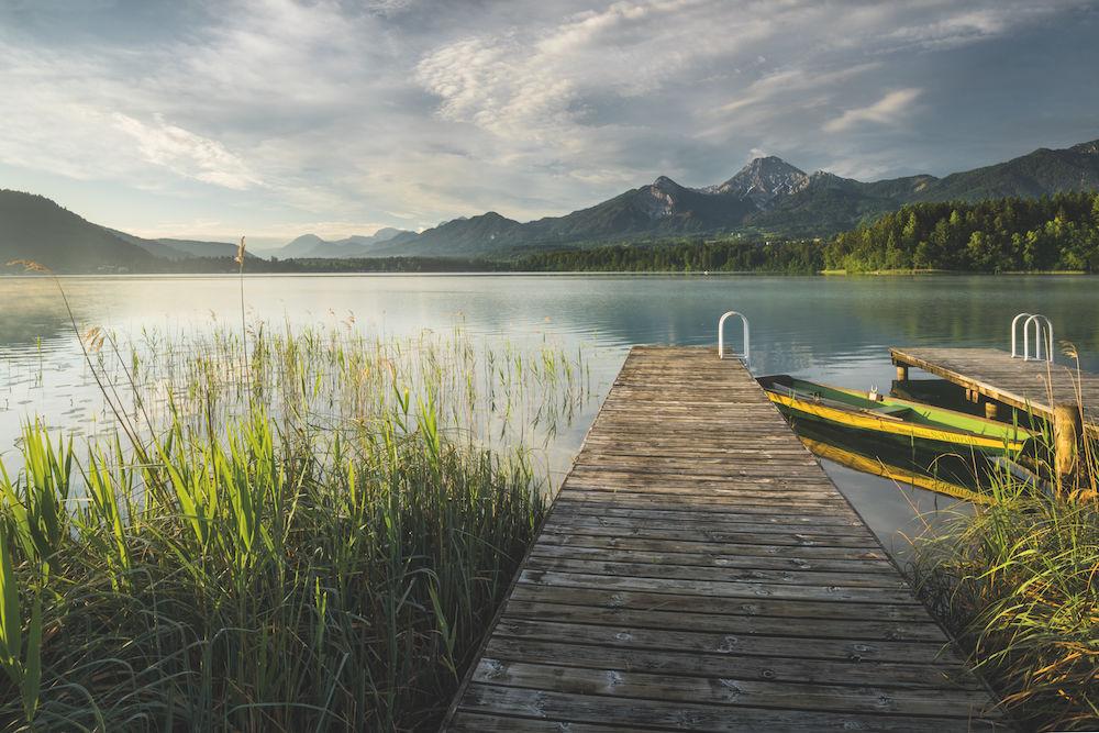 Der Weg ins Motiv: Der Bootssteg führt in den See hinein, was auch für den Blick des Betrachters gilt. Gegenlicht lässt das Schilf am Ufer des Faaker Sees (Kärnten) leuchten. (unten) Foto: Rainer Mirau