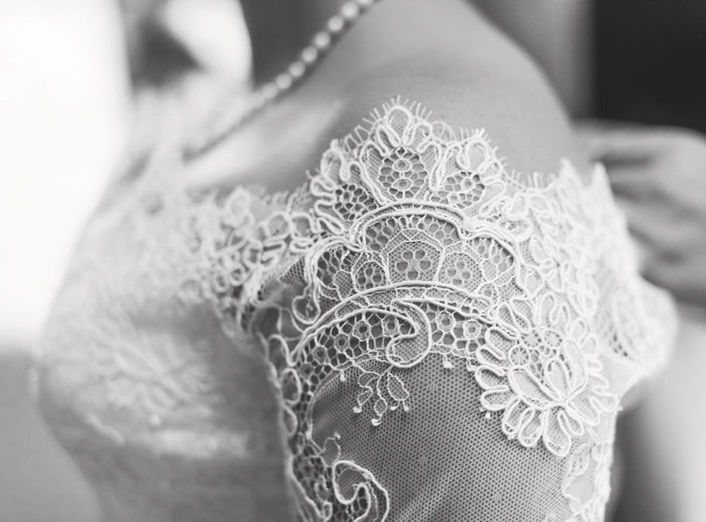 Hochzeit im Detail fotografieren: Brautkleid