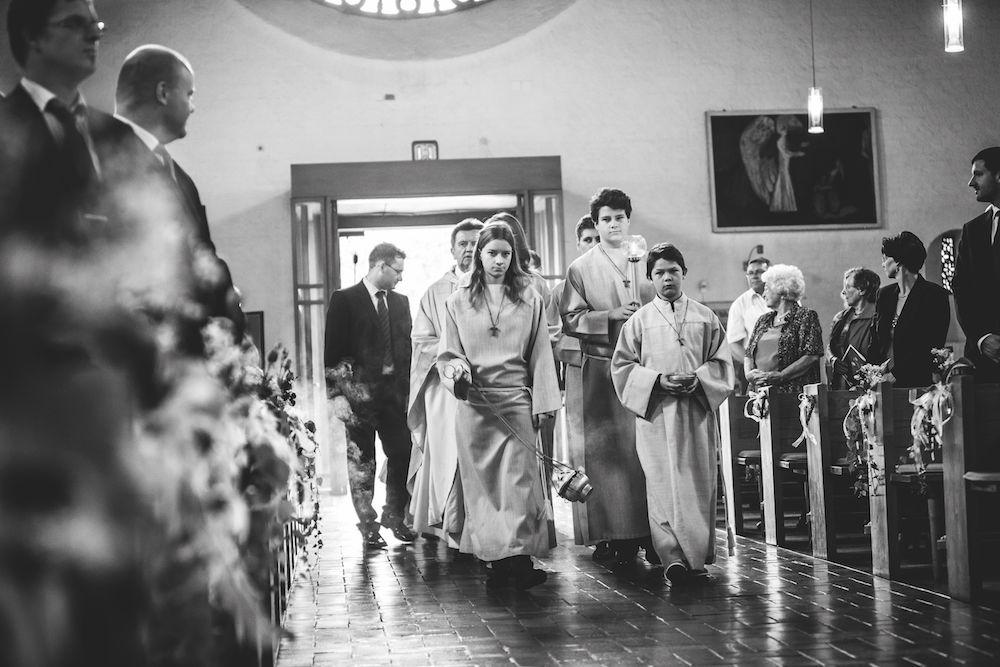 Hochzeitsfotografie: Einzug des Brautpaars in die Kirche
