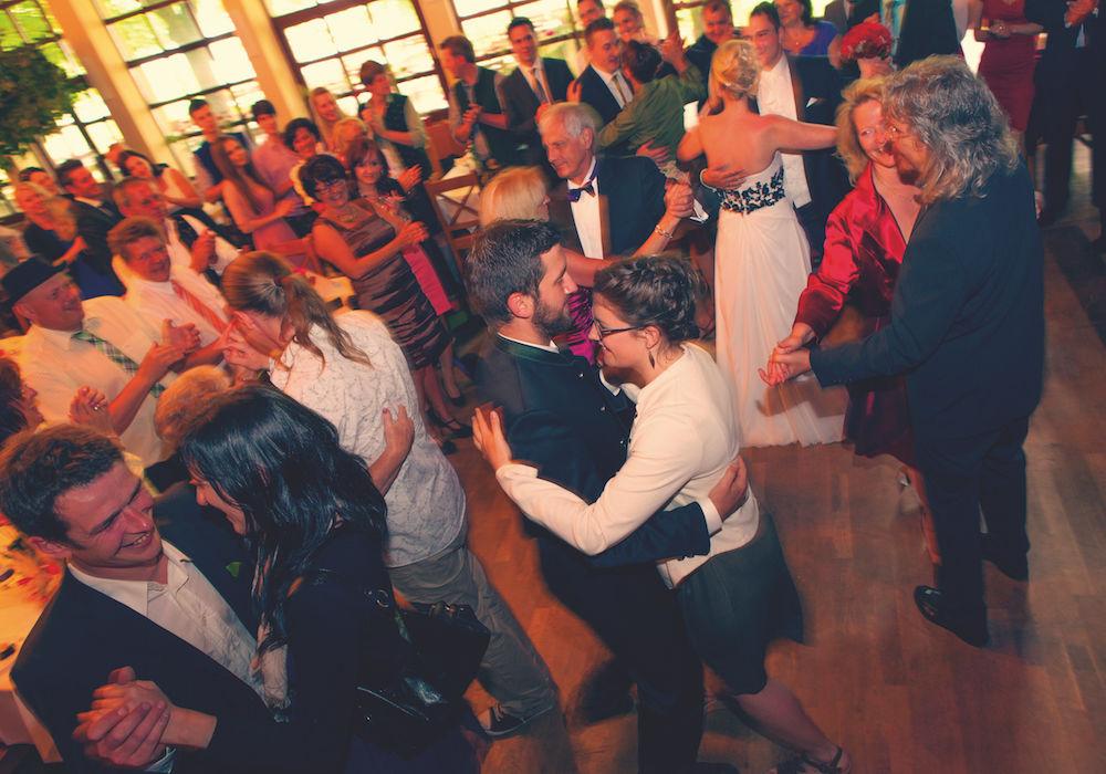 Tanzende Gesellschaft der Hochzeit fotografieren