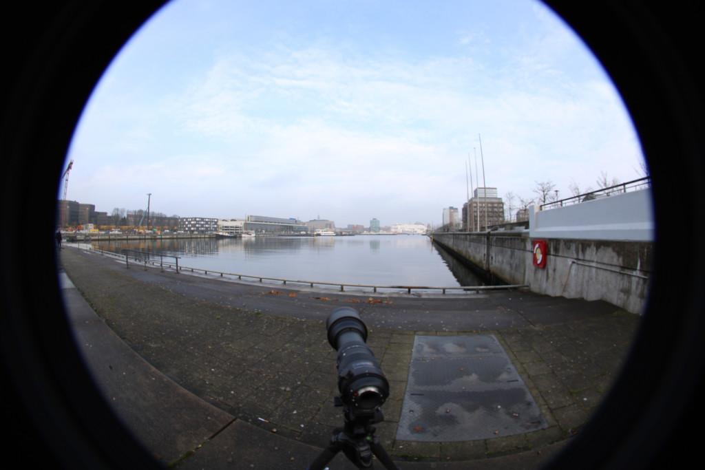 Die Ausgangssituation: Das Objekt der Begierde siehst Du in der Verlängerung der Objektivachse (die kleine weiße Fähre). Aufgenommen wurde dieses Foto mit einem Fischauge.