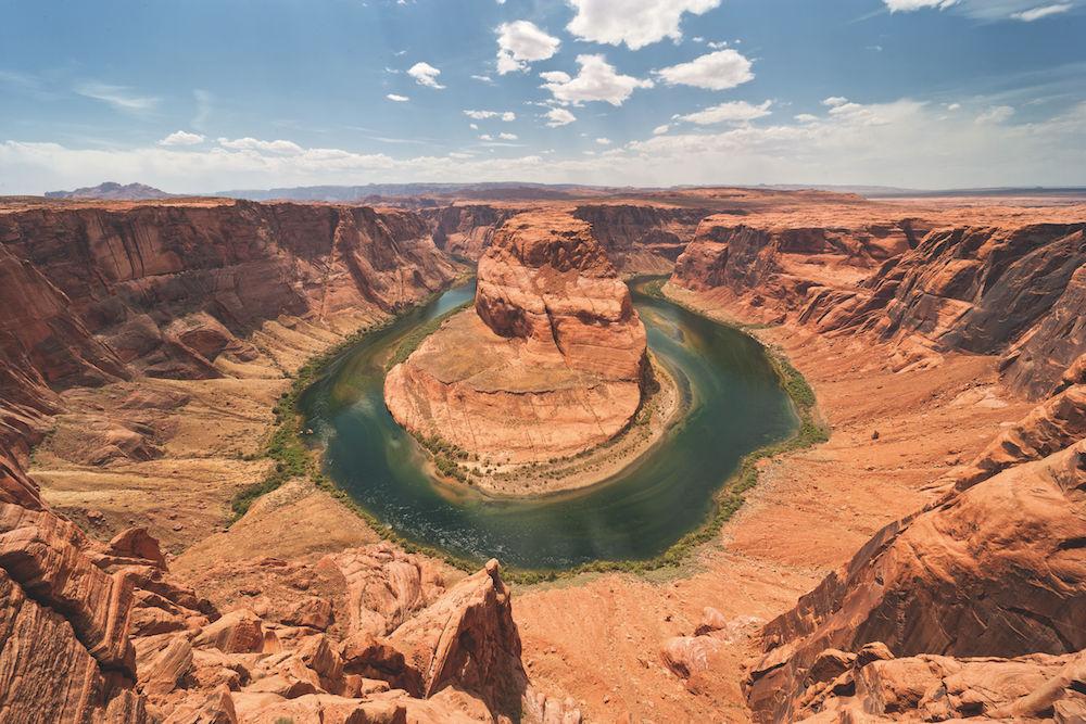 Flussschleife als Blickfang: Einen Fluss in seinem Verlauf darzustellen gelingt nur, wenn die geografischen Gegebenheiten einen hohen Aufnahmestandort zulassen wie hier beim Colorado River in Arizona. Foto: Siegfried Layda