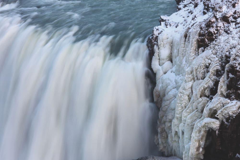 Wenn Wasser zu Eis wird: Das Wintermotiv bezieht seinen Reiz daraus, dass sich fließendes und gefrorenes Wasser hier gegenüberstehen. Foto: Siegfried Layda