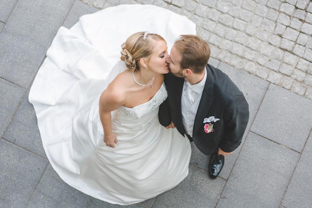 Hochzeitsfotografie von oben auf das Brautpaar