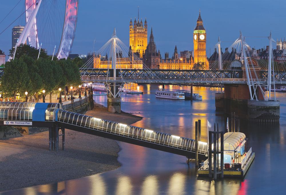 Eine Stadt und ihr Fluss: London und Themse – der Fluss als Lebensader und Transportweg. Ein leichtes Tele-Objektiv lässt weit Entferntes scheinbar zusammenrücken. Foto: Rainer Mirau