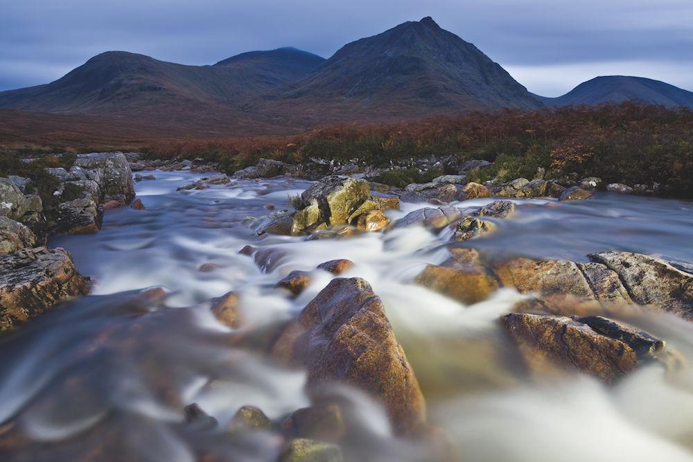 Mondlicht und Watte: Der Fluss Coe in Glencoe, Schottland, bei Mondlicht: Mit einer Taschenlampe wurden die Felsen vorne beleuchtet. Durch die extrem lange Belichtung wird das Wasser wie Watte, fast ohne Struktur, wiedergegeben. Foto: Rainer Mirau