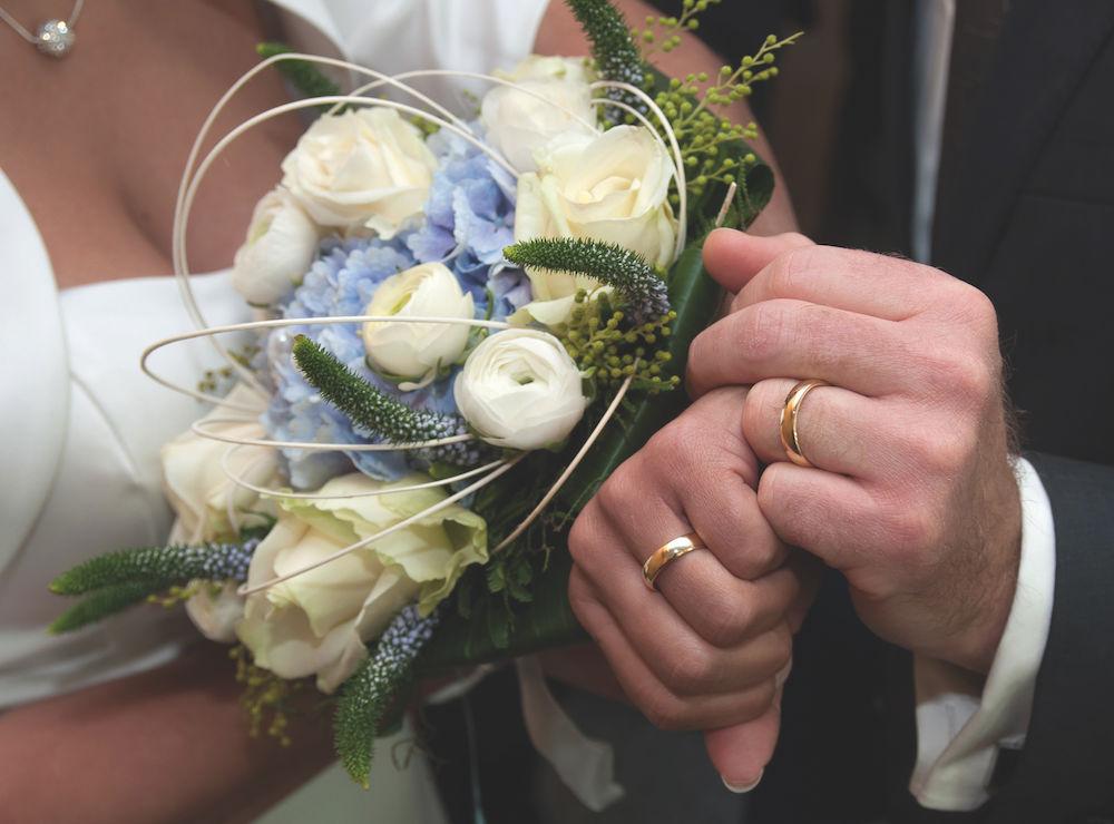 Hochzeit im Detail fotografieren: Ringe und Brautstrauß