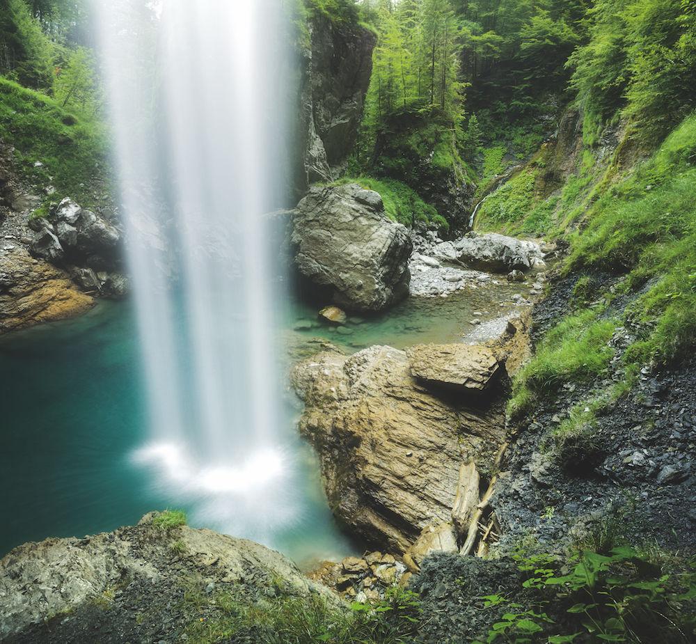 Alles Gute kommt von oben: Ungewohnte Perspektive: Hier stand der Fotograf zur Abwechslung mal nicht vor, sondern unter dem Wasserfall (Berglistüber, Clarus, Schweiz). Foto: Rainer Mirau