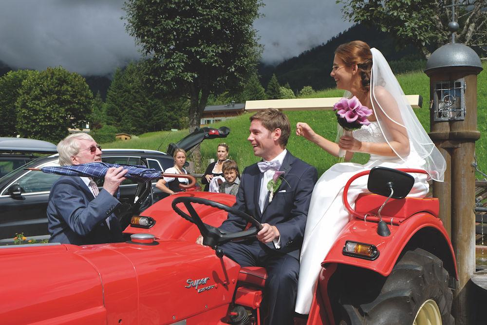 Hochzeitsfotografie: Brautpaar auf Traktor