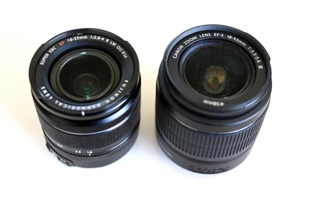 Zweimal 18-55 mm. Links die Version von Fuji, die trotz deutlich mehr Lichtstärke kleiner baut und rechts die KIT-Linse von Canon - etwas eingestaubt, weil kaum noch in Benutzung.