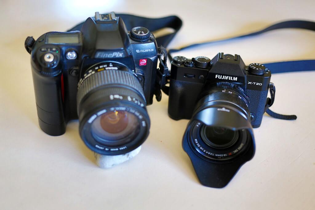 Links mein altes Schätzchen, die Fujifilm S2 Pro, 13 Jahre alt, mit einer Viertel Million Auslösungen und arbeitet immer noch wie eine Eins. Rechts die spiegellose Systemkamera Fujifilm X-T20, die ich auf die Praxistauglichkeit für mich getestet habe.