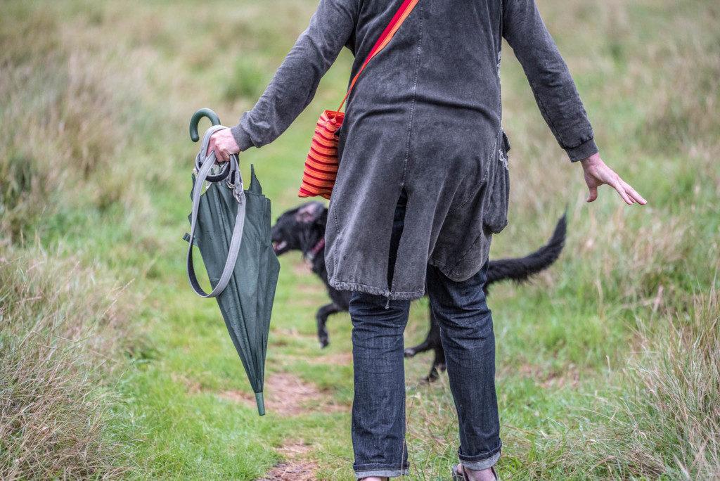 Selbstschutz - Ein Schirm kann schon reichen um einen heranrasenden Hund zu verwirren. Nikon D810 | SIGMA 180mm f/2.8 | 1/3.200 | f/2.8| ISO 1.250 |