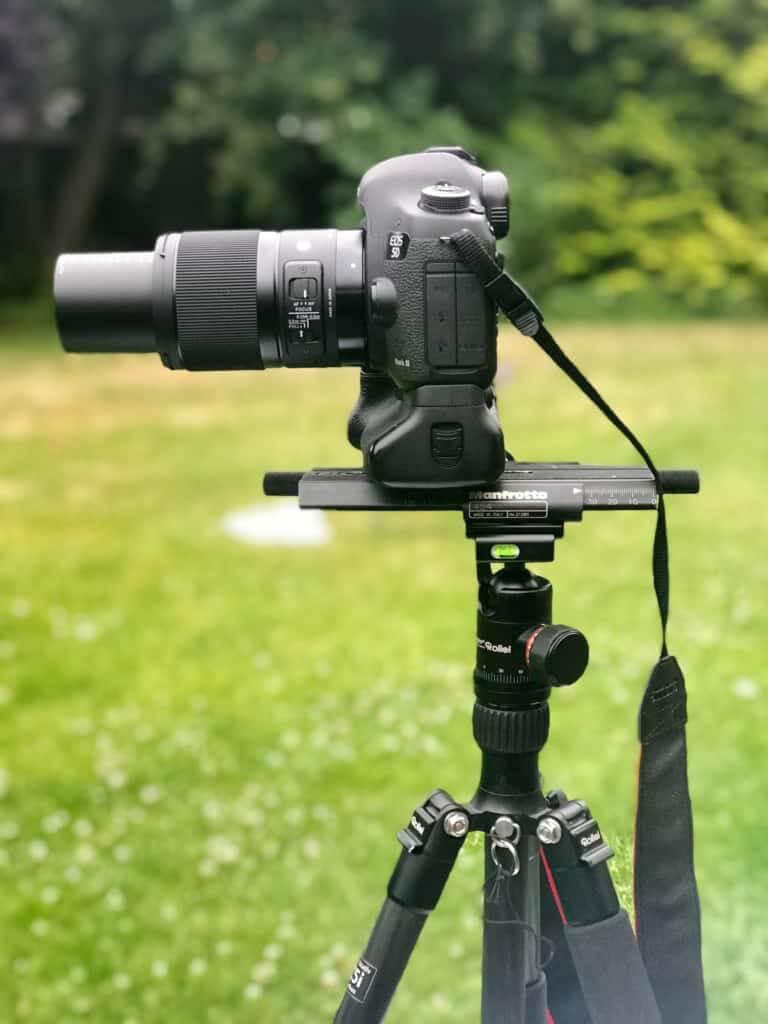 Stativ mit Kugelkopf, Mittelsäule eingefahren, dann der Makroschlitten und darauf die Kamera mit dem SIGMA 70mm F2,8 DG MACRO | Art
