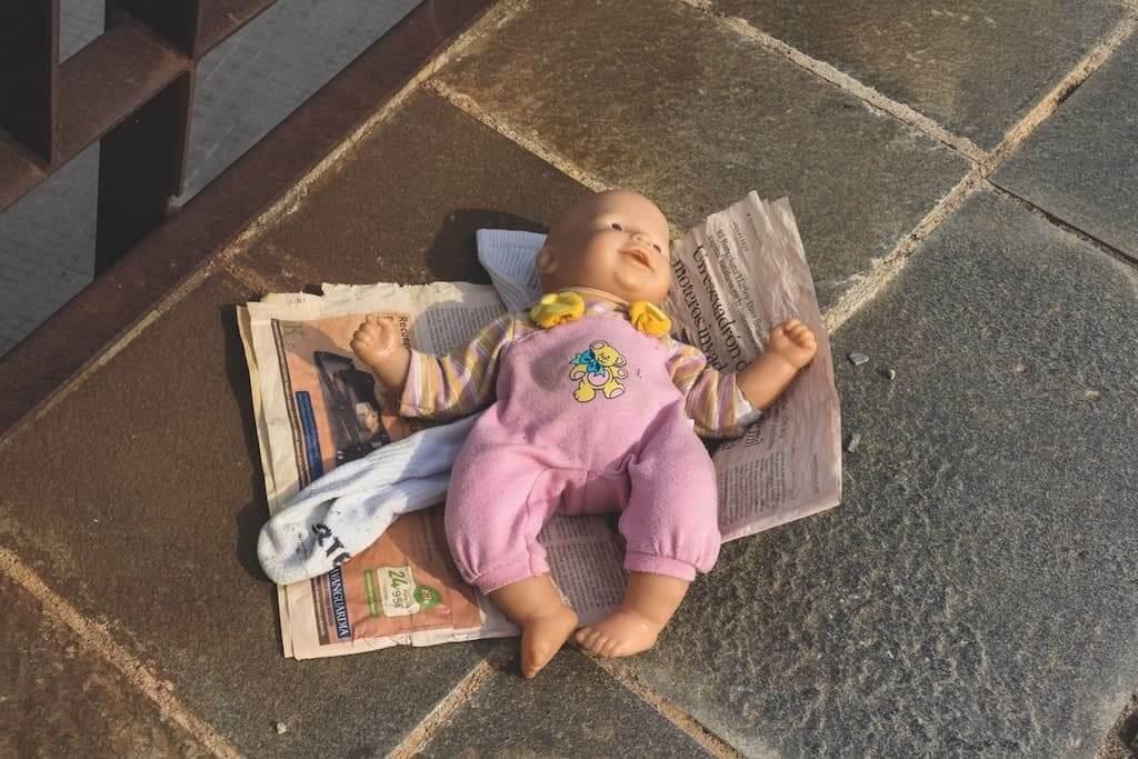 Einsame Puppe