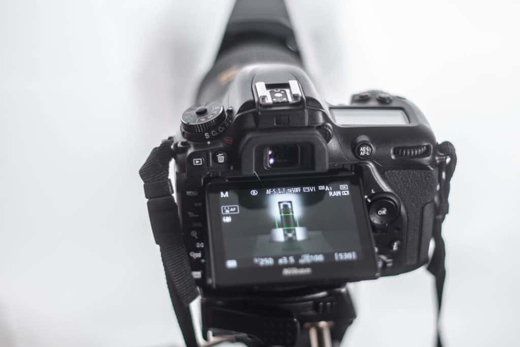 Nikon D7500 mit ausgeklapptem Display